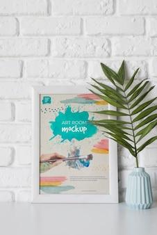 机の上の植物の横のフレーム