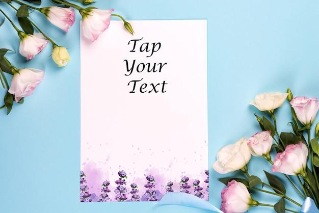 咲くピンクのトルコギキョウモックアップで作られた中央の紙の空スペースでフレーム構成