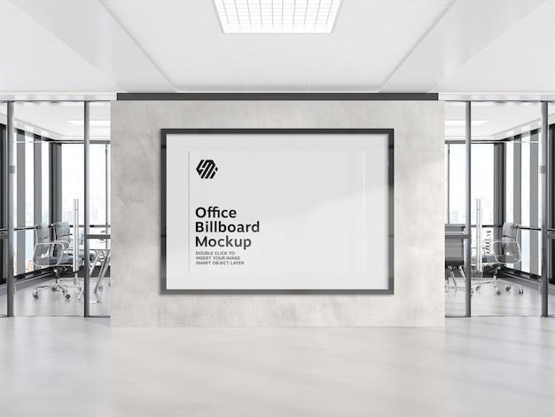 Рамка висит на макете стены офиса