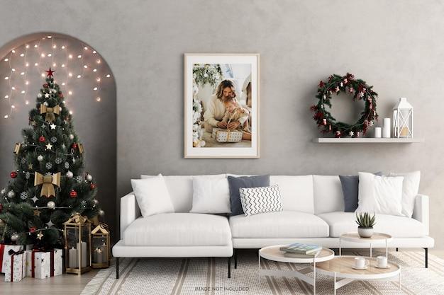 3d 렌더링에서 크리스마스 트리와 소파가 있는 벽에 프레임 모형 디자인