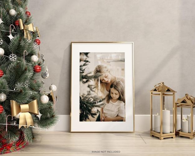 바닥에 크리스마스 트리가 있는 프레임 모형