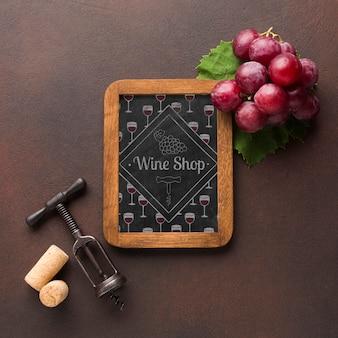 Рамка с органическим виноградом и штопором рядом