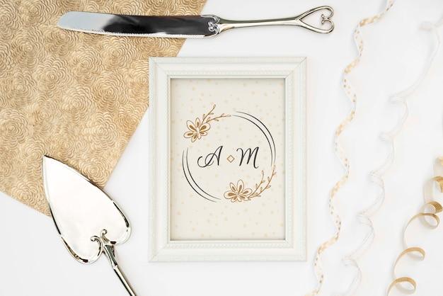 Cornice con posate da sposa