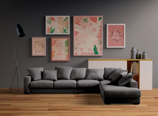 Рамки макета висят на стене в гостиной