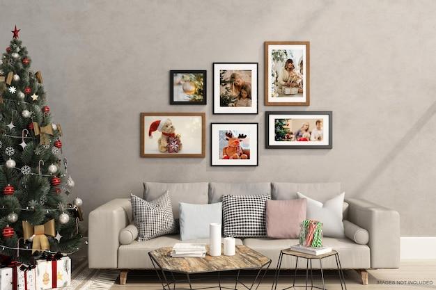 3d 렌더링에서 크리스마스 트리와 소파가 있는 벽에 있는 프레임 모형 디자인