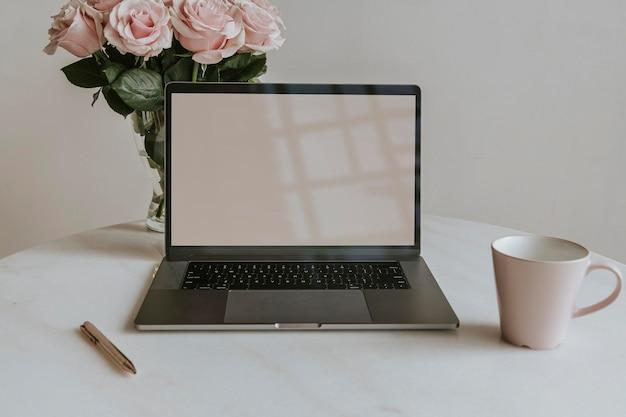 Живые цветы у макета экрана ноутбука