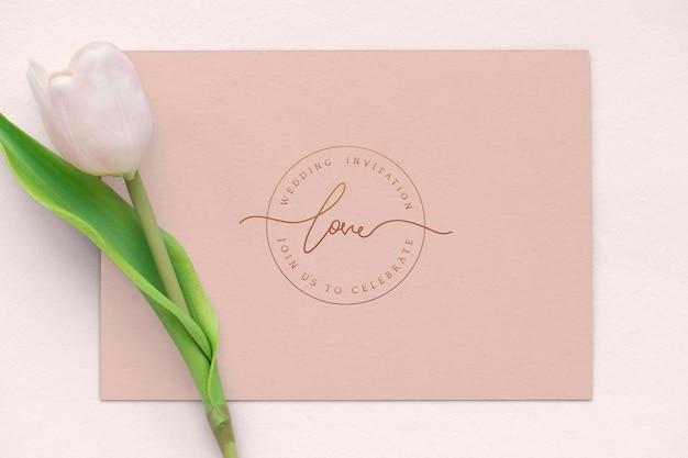 空白のカードのモックアップと新鮮な淡いピンクのチューリップ