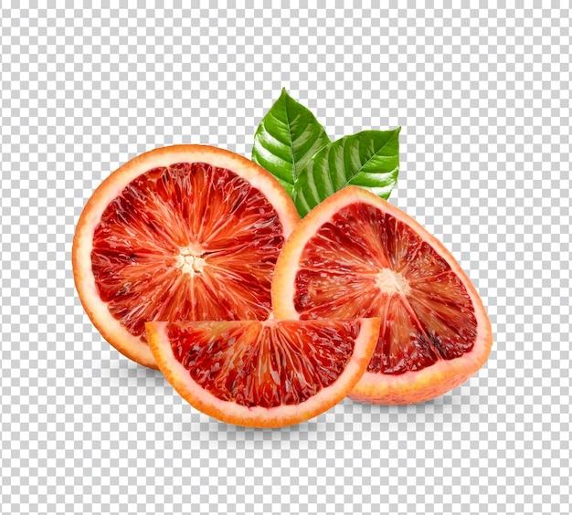 Свежая апельсиновая кровь с изолированными листьями