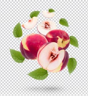 Свежий персик с изолированными листьями