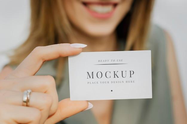 Дружелюбная женщина с макетом визитной карточки