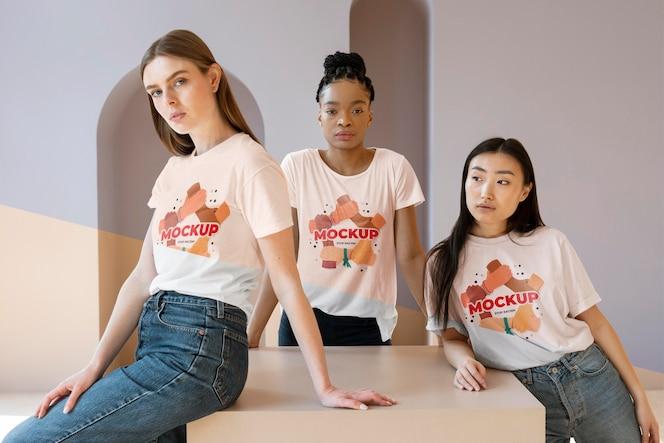 Друзья, представляющие концепцию инклюзии с макетами футболок