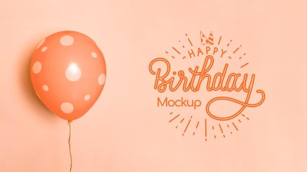 Vista frontale di palloncini mock-up di compleanno