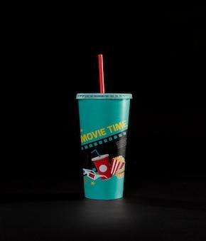 Vista frontale della tazza del cinema con paglia