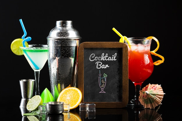 Vista frontale del concetto di cocktail mock-up