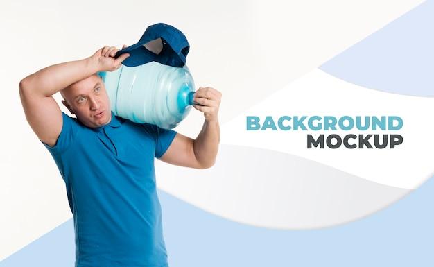 Доставка человек вид спереди держит большую бутылку воды