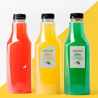 Vista frontale di diverse bottiglie di succo di vetro