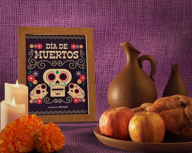 Вид спереди цветочный макет черепа на фиолетовом фоне
