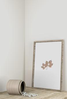 Vista frontale della decorazione del telaio con vaso sulla superficie
