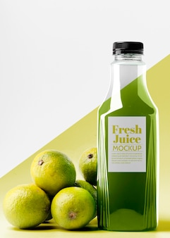 Vista frontale della bottiglia di succo di limone