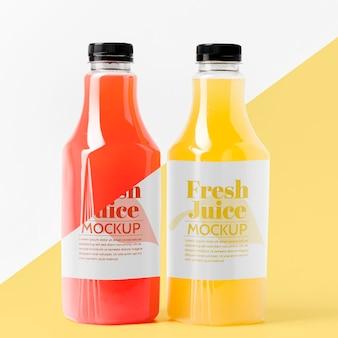 Вид спереди ассортимента прозрачных бутылок сока с крышками