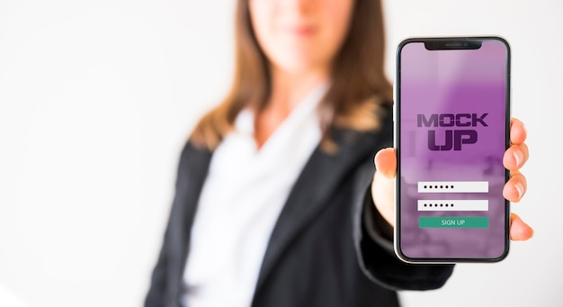 スマートフォンを持っている実業家の正面図
