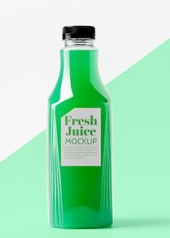 Вид спереди прозрачной стеклянной бутылки с соком
