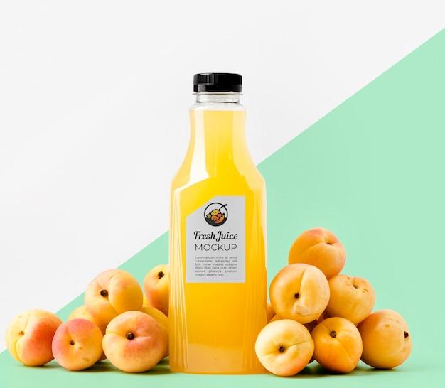 Вид спереди прозрачной стеклянной бутылки с персиками
