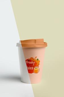 Вид спереди кофейной чашки с крышкой