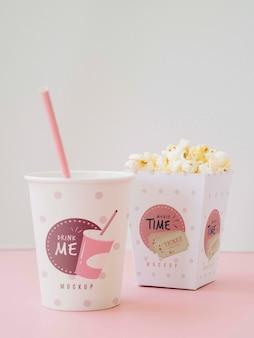 Вид спереди чашек с попкорном и содовой для кино