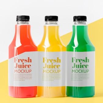 Вид спереди различных стеклянных бутылок сока с крышками