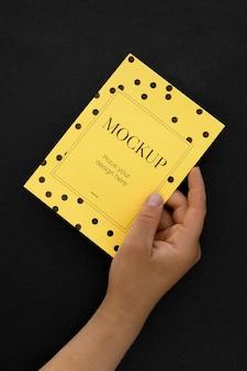 Вид спереди элегантной поздравительной открытки, держащейся рукой
