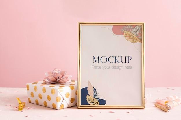 Элегантная рамка на день рождения с подарком, вид спереди