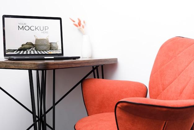 실내 장식용 프레임 모형 및 노트북의 전면보기