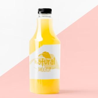 Вид спереди макета стеклянной бутылки сока
