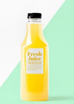 Стеклянная бутылка сока, вид спереди