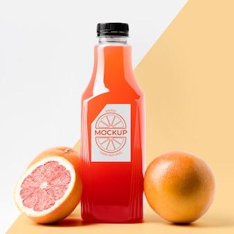 Вид спереди бутылки сока грейпфрута с крышкой