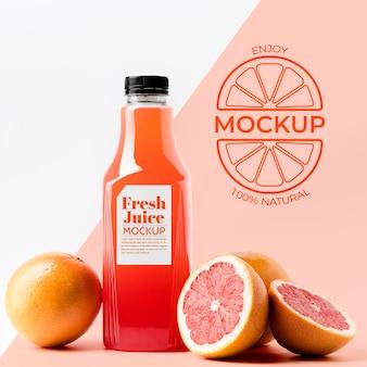 Стеклянная бутылка грейпфрутового сока, вид спереди