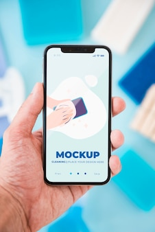 Вид спереди руки, держащей смартфон с очисткой