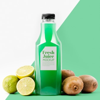 Вид спереди бутылки сока лимона и киви