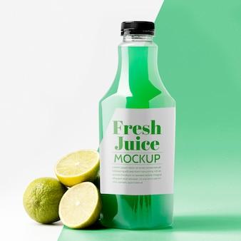 Стеклянная бутылка лимонного сока с крышкой, вид спереди