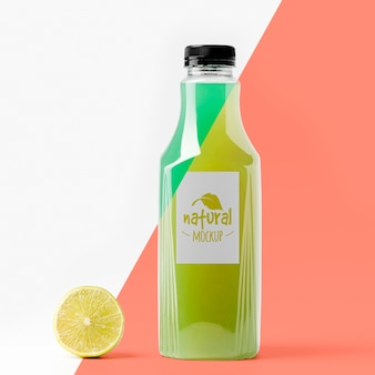 Стеклянная бутылка лимонного сока, вид спереди