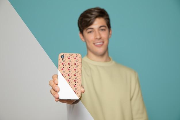 スマートフォンを抱きかかえたの正面図