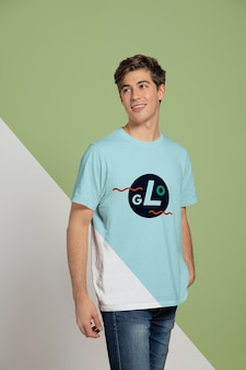 T- 셔츠를 입고 남자의 전면 모습