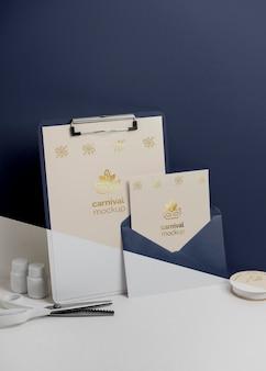 봉투와 클립 보드와 최소한의 카니발 초대장의 전면보기