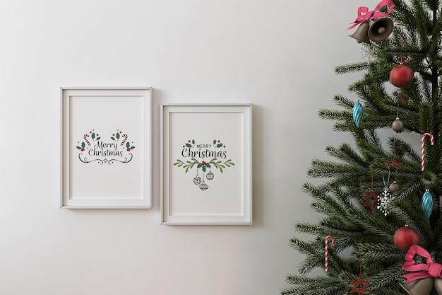モックアップポスターフレームとクリスマスツリーの正面図