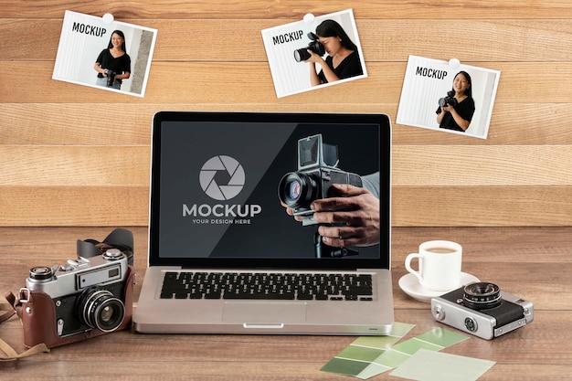 ラップトップと写真家の木製ワークスペースの正面図