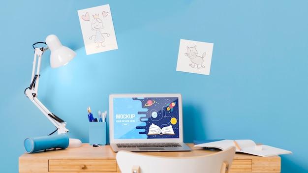ノートパソコンと学校の机の正面図