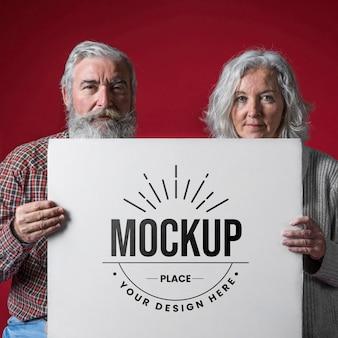 年配のカップルのモックアップの正面図