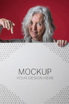 年配の女性のモックアップの正面図