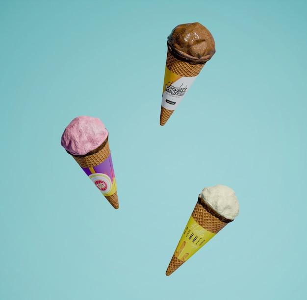 Вид спереди трех различных ароматизированных конусов мороженого